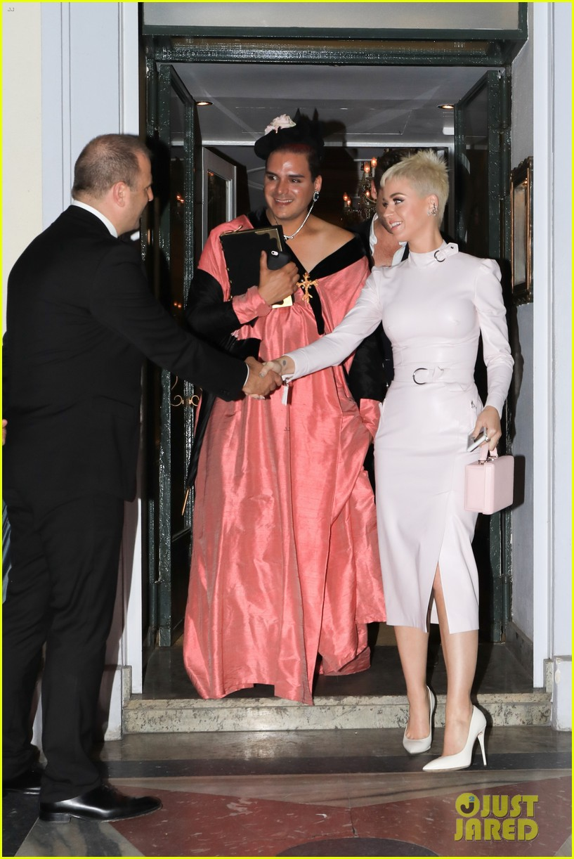 katy perry treats fans in paris to a sweet surprise 013908907