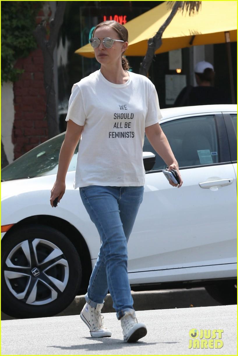 natalie portman wears 710 we should all be feminists shirt 053910175