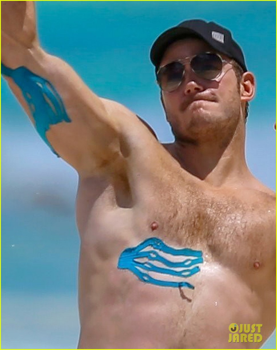 Chris Pratt shows off biceps and ripped abs in Honolulu
