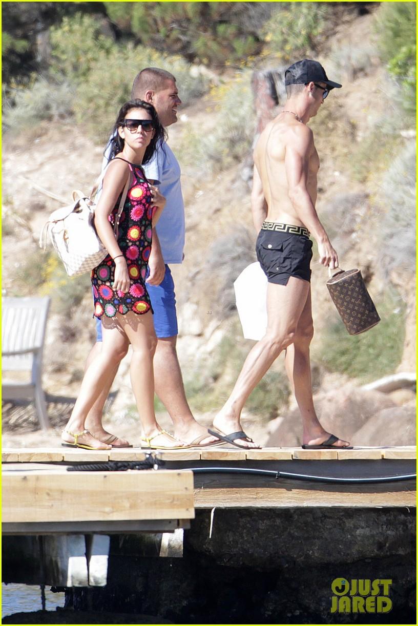 cristiano ronaldo flaunts hot body alongside girlfriend georgina rodriguez 053907995