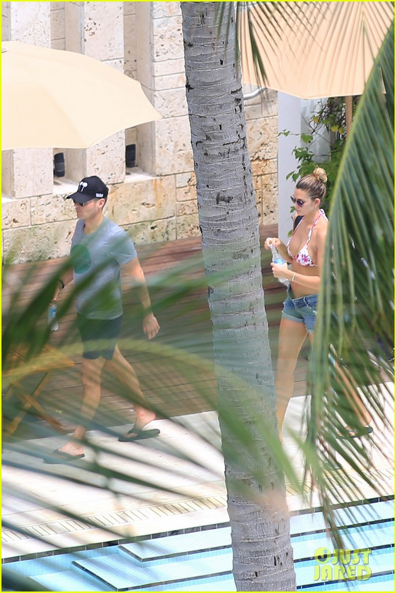 ryan seacrest shirtless bikini girlfriend shayna taylor miami 043913321