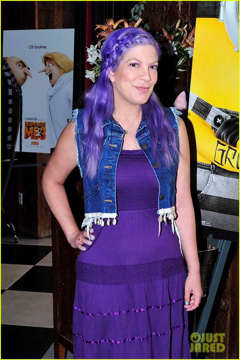 tori spelling debuts purple hair at despicable me 3 screening033915911