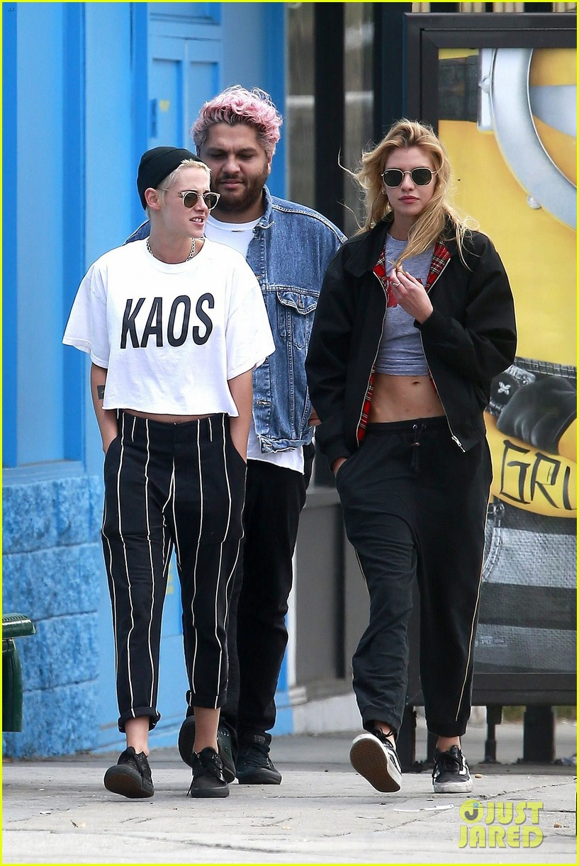 kristen stewart girlfriend stella maxwell hold hands 013911399