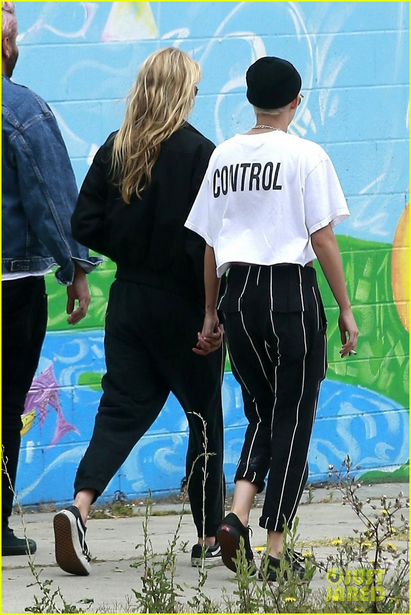 kristen stewart girlfriend stella maxwell hold hands 043911402