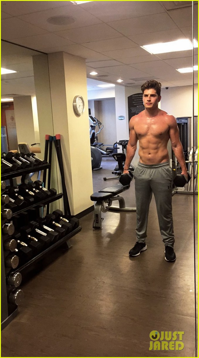 gregg0sulkin flaunts toned abs during shirtless workout013915878