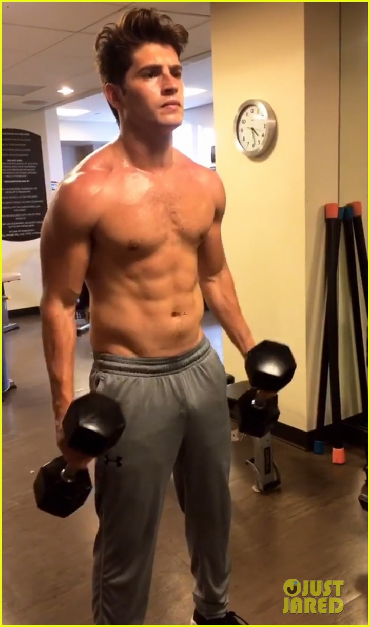 gregg0sulkin flaunts toned abs during shirtless workout043915881