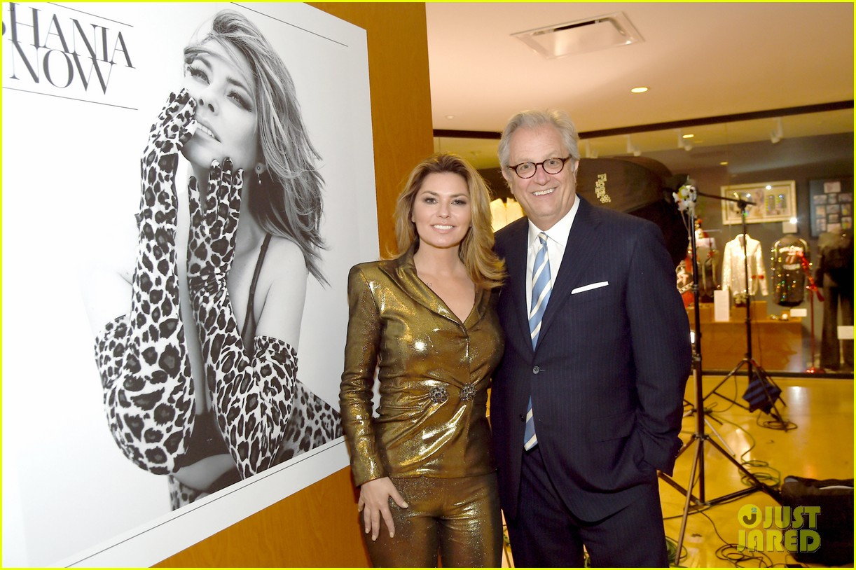 shania twain celebrates her country music hall of fame exhibit opening 013921074