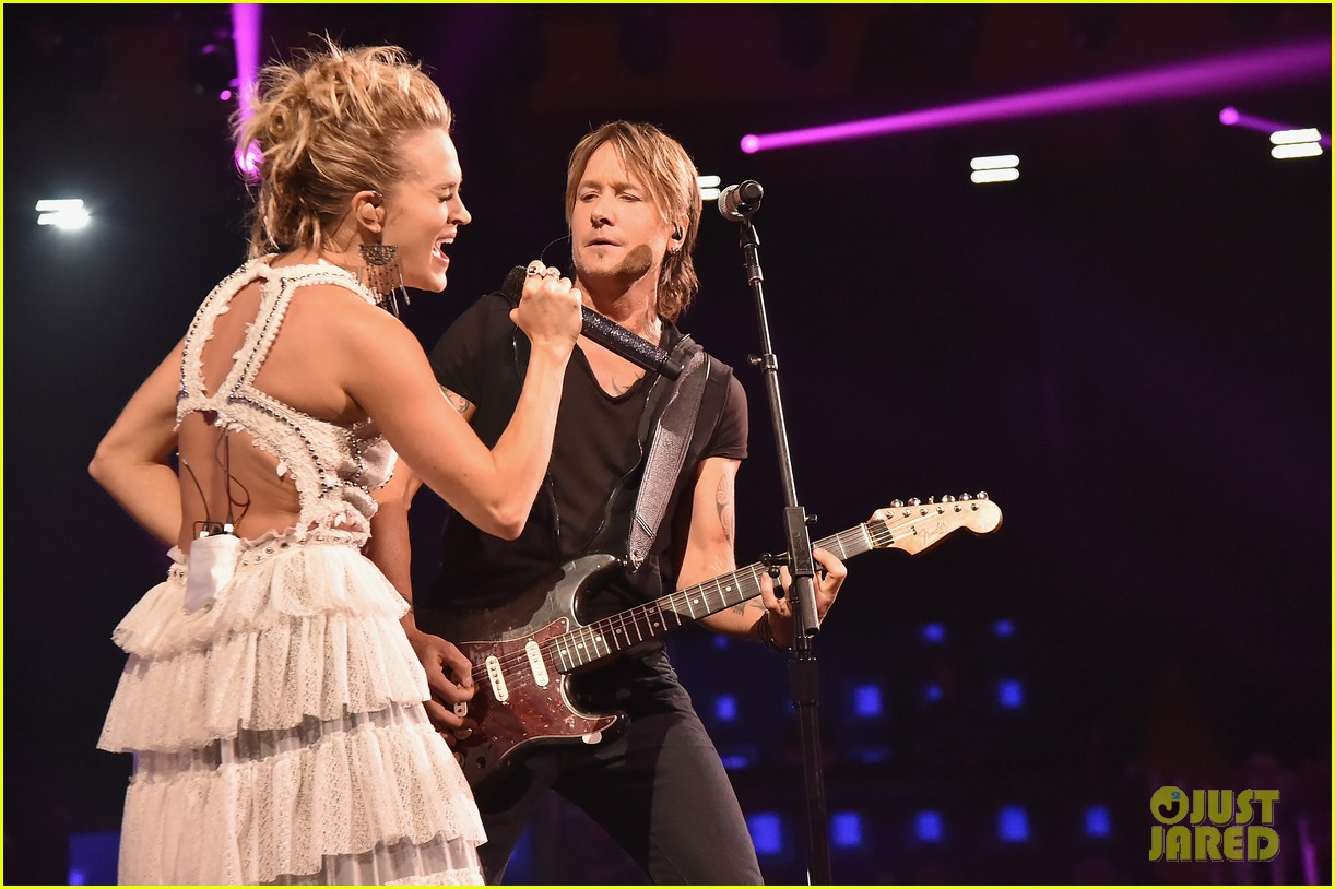 carrie underwood and keith urban perform the fighter with a new twist at cmt awards 2017 013910918