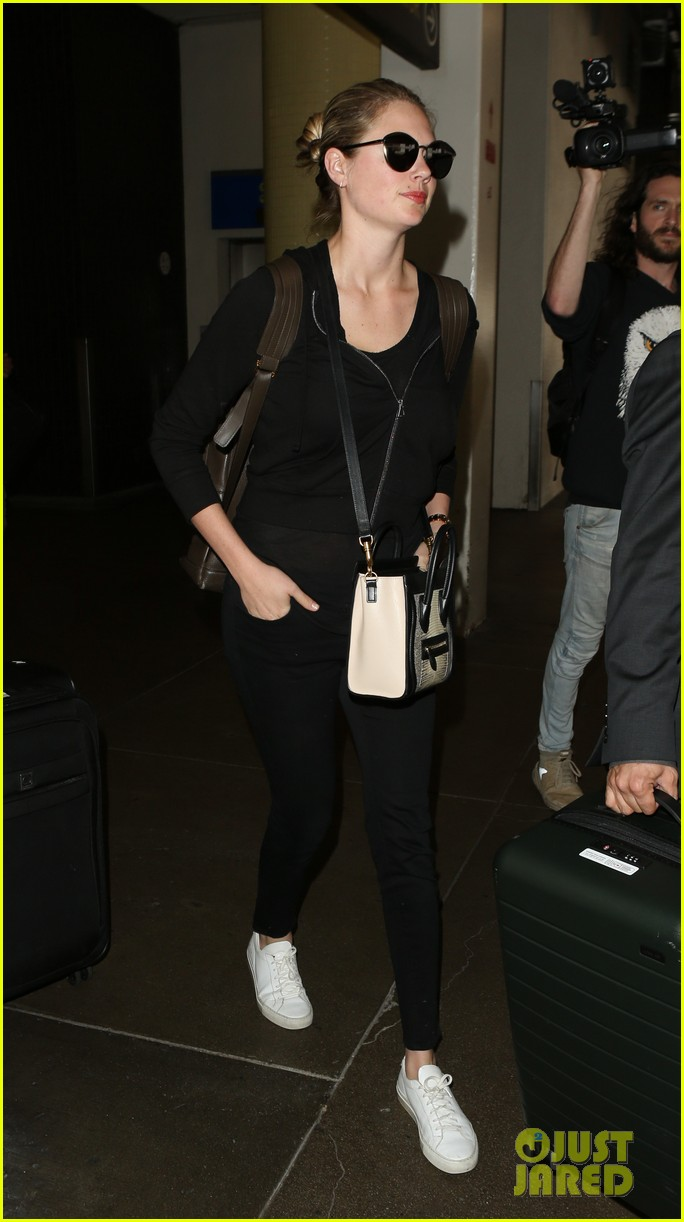 kate upton jets out of lax airport043910364