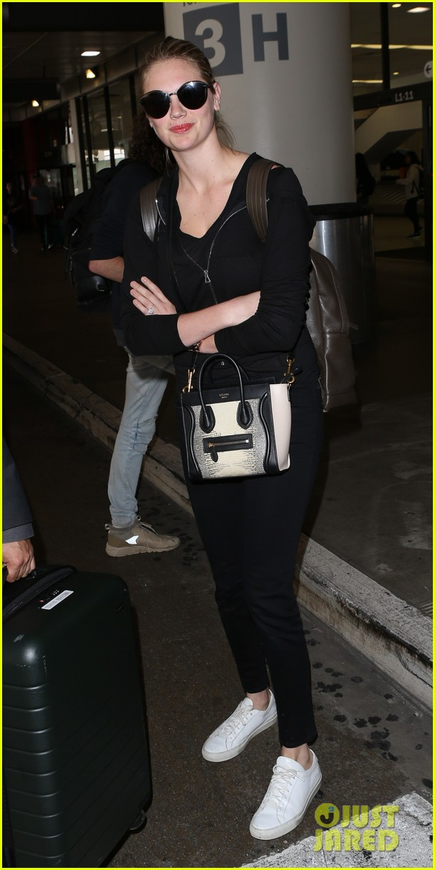 kate upton jets out of lax airport083910368