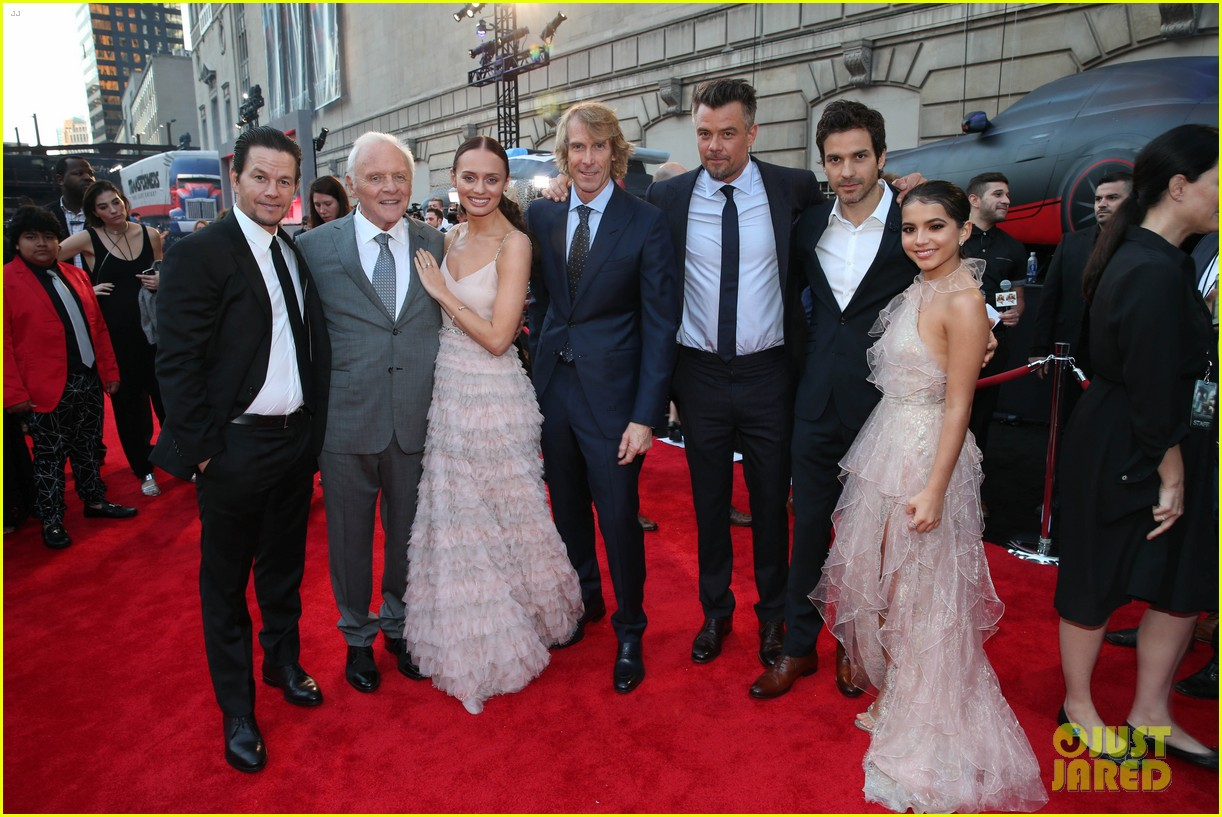 anthony hopkins joins mark wahlberg transformers cast at chicago premiere 023917480