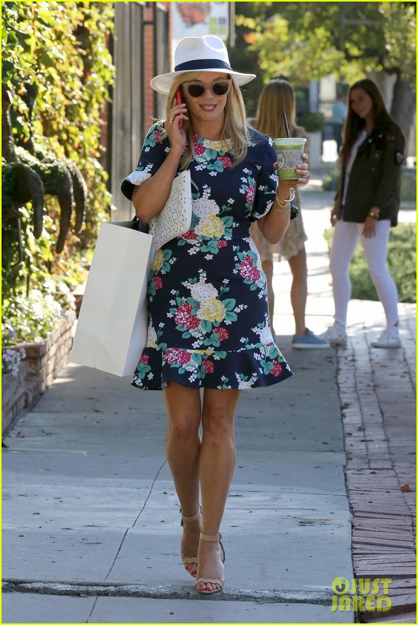 reese witherspoon son tennessee go lemon picking033920438