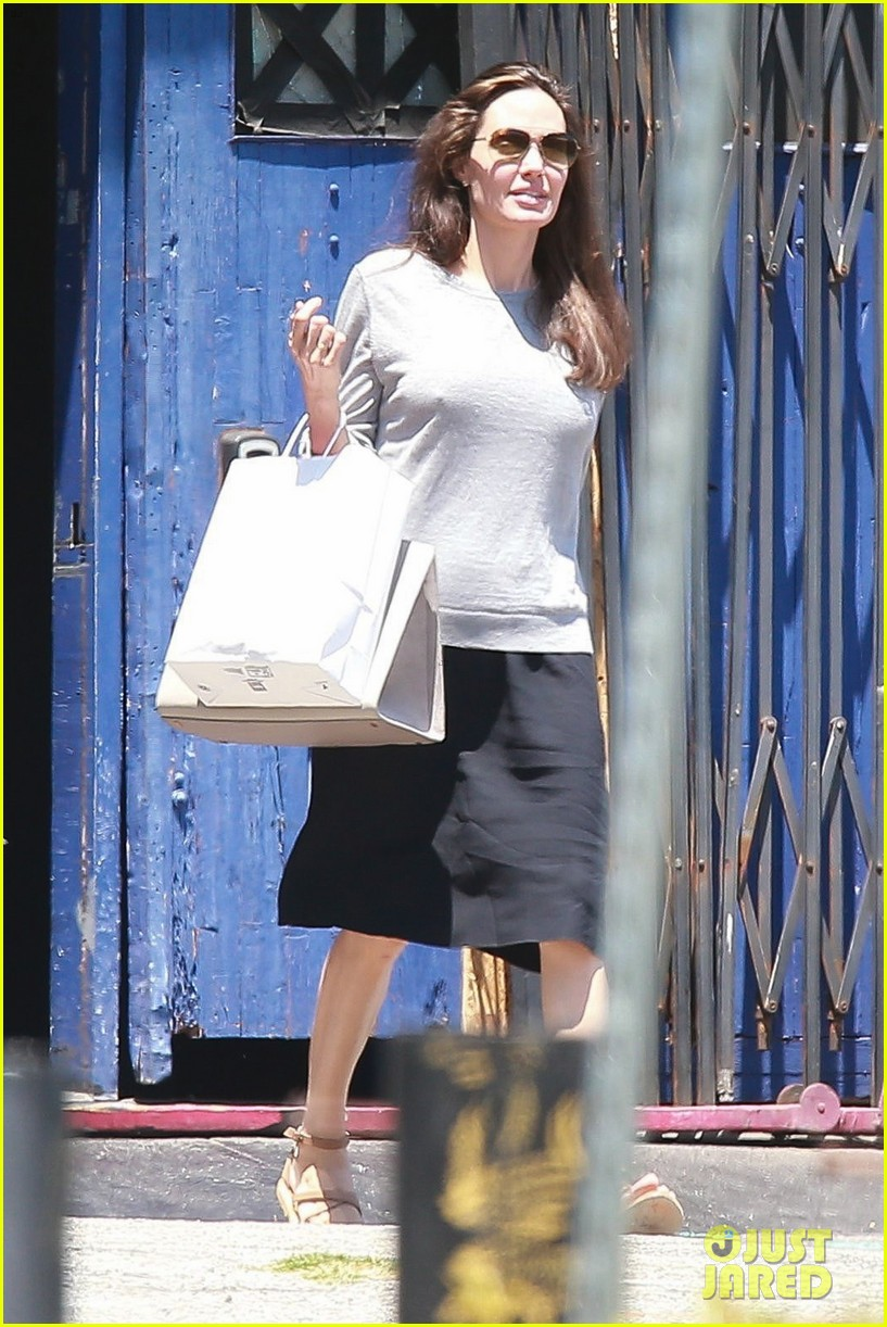 angelina jolie goes toy shopping with knox 013925012