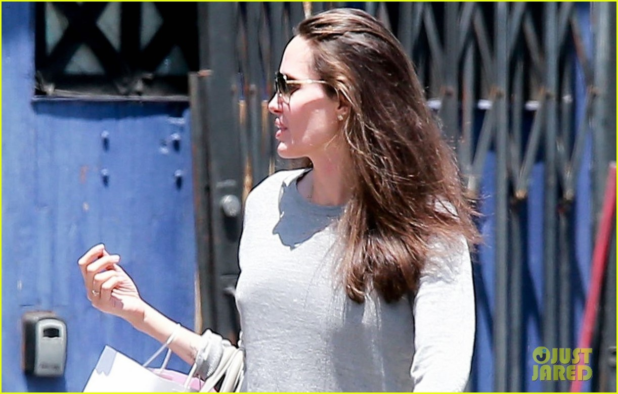 angelina jolie goes toy shopping with knox 023925013