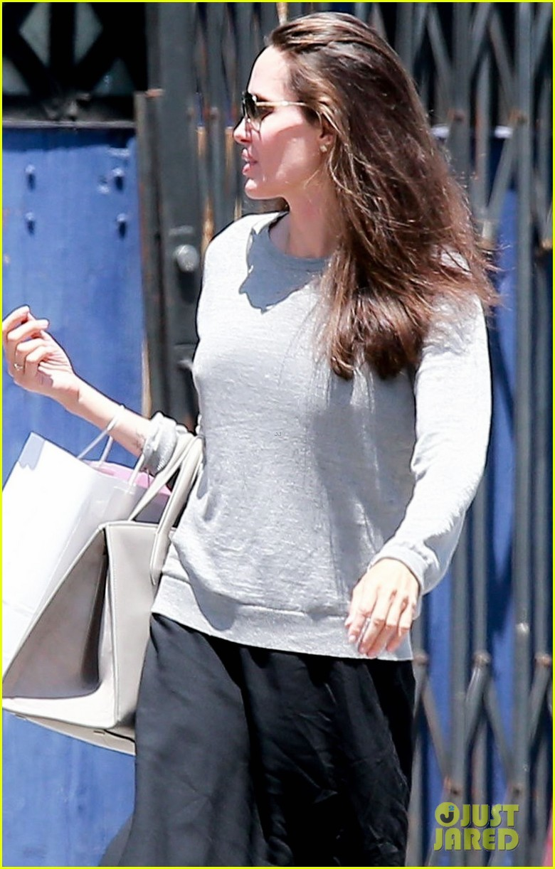 angelina jolie goes toy shopping with knox 053925016