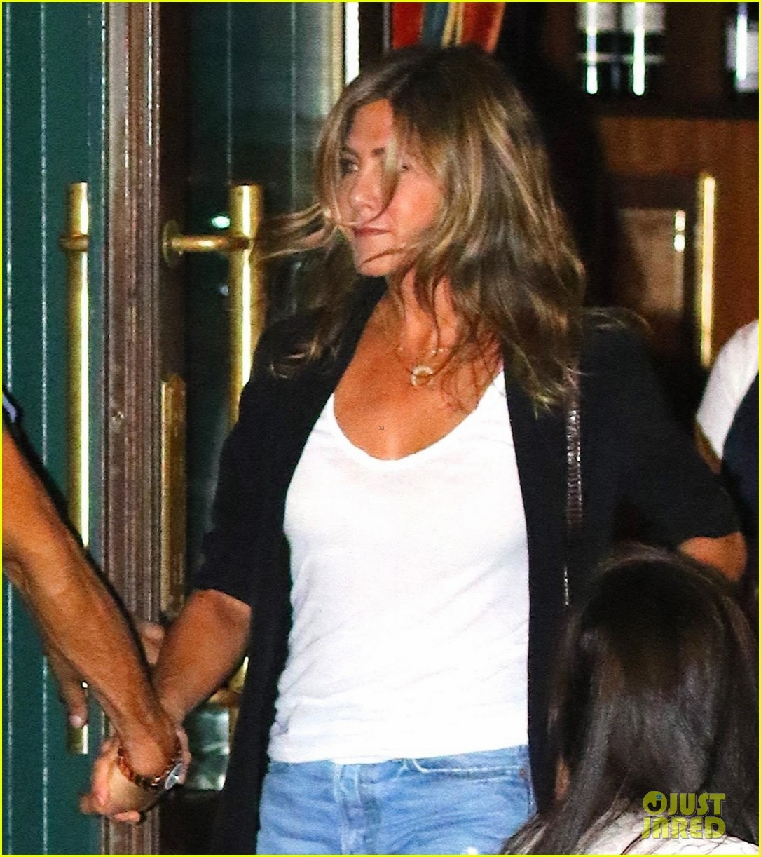 jennifer aniston justin theroux hold hands on date night 013930025