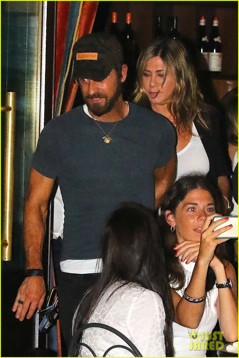 jennifer aniston justin theroux hold hands on date night 033930027