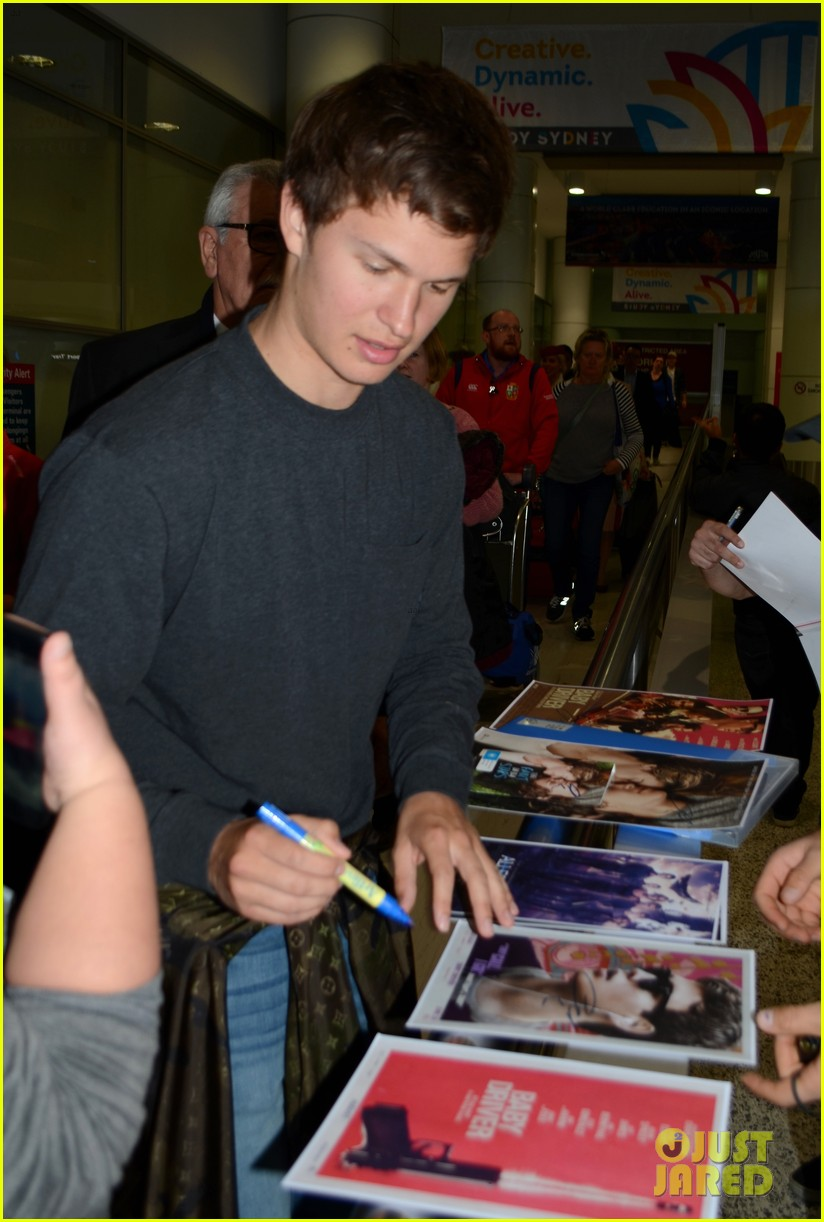 ansel elgort gets greeted by fans at australia airport 023926388