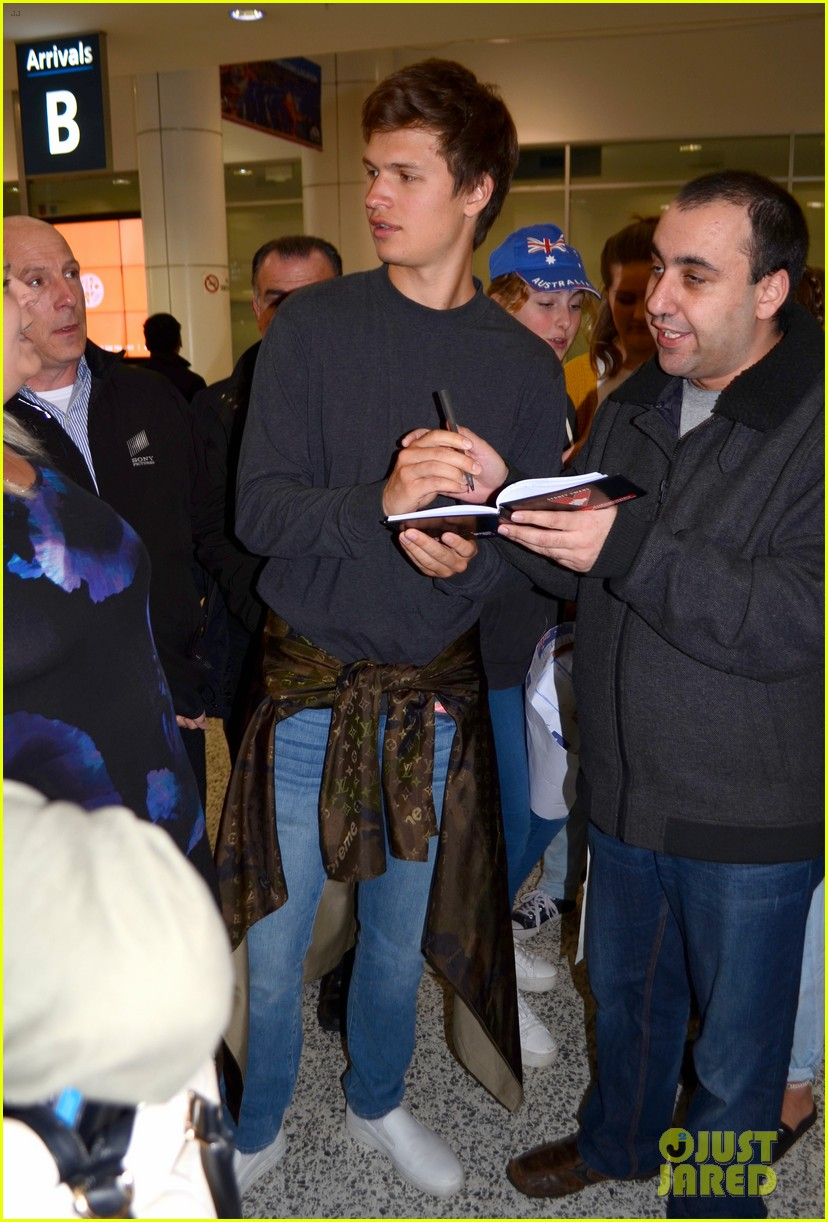 ansel elgort gets greeted by fans at australia airport 053926391