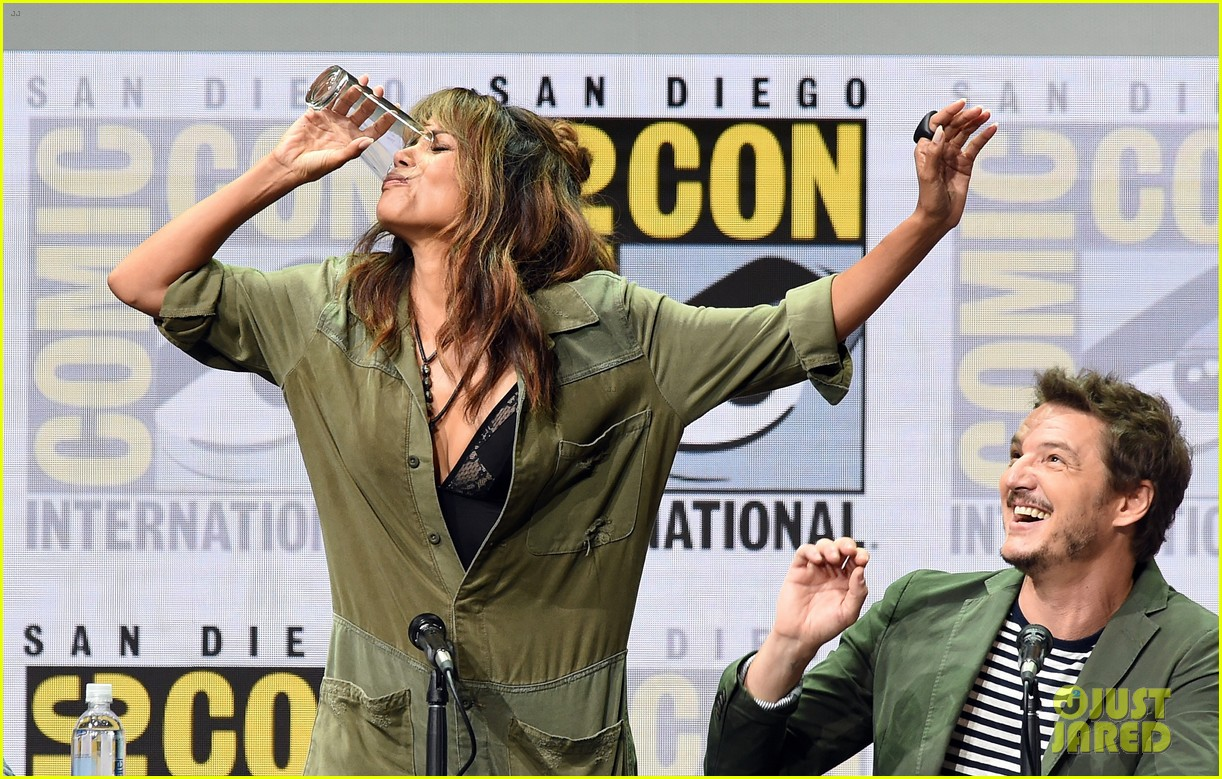 halle berry chugs whiskey served by channing tatum 043930856