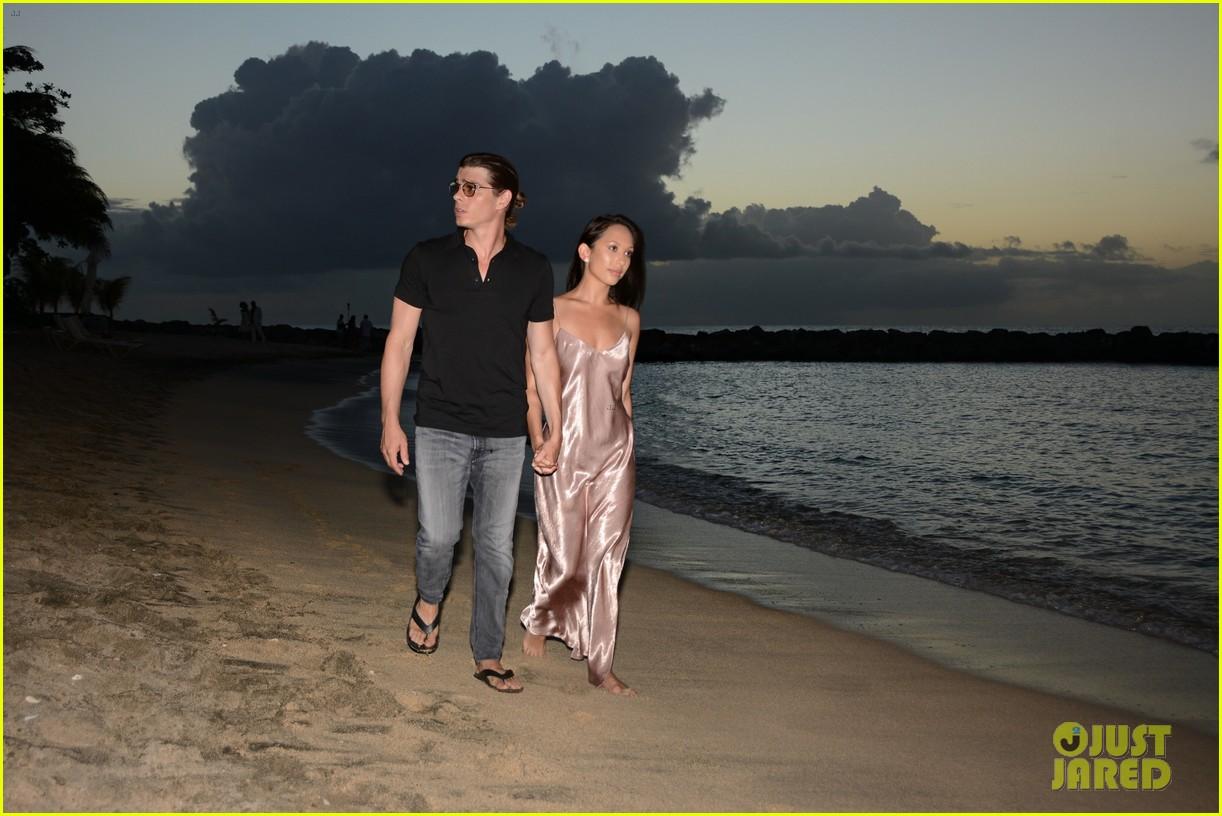 Cheryl Burke Amp Matthew Lawrence Make Out On The Beach
