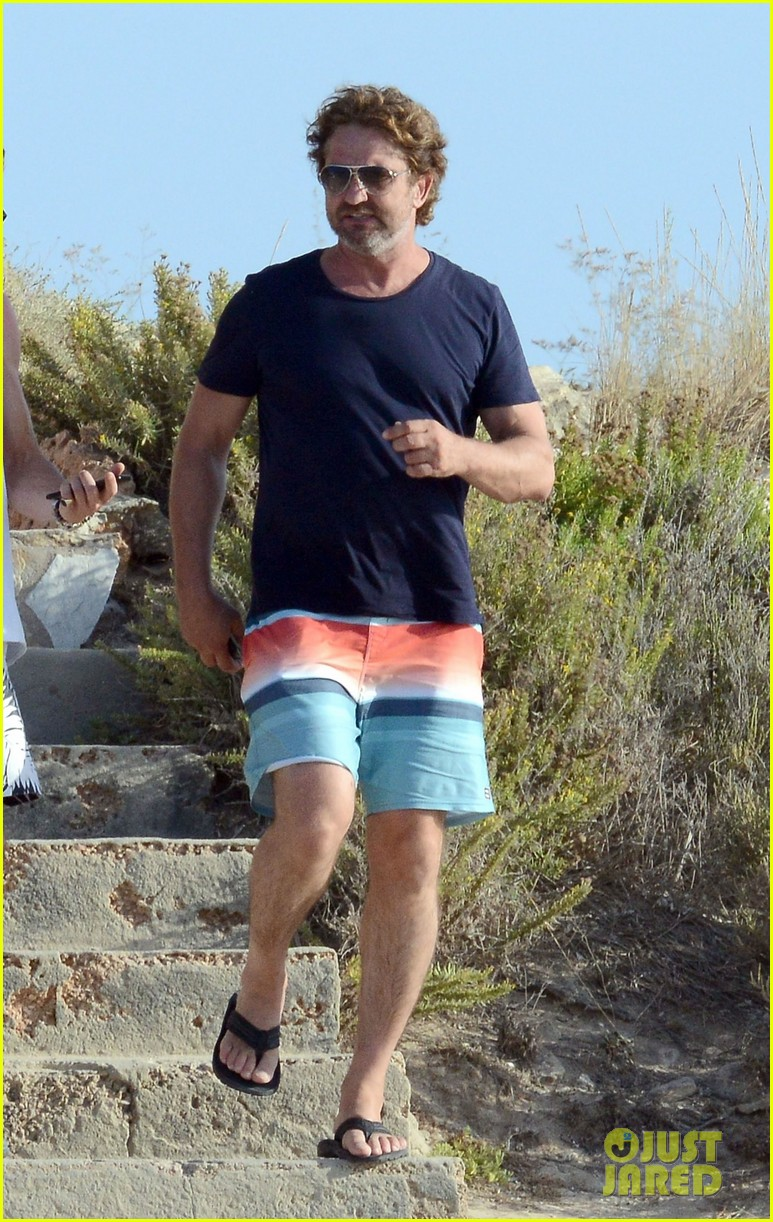 gerard butler long hair beach spain 01