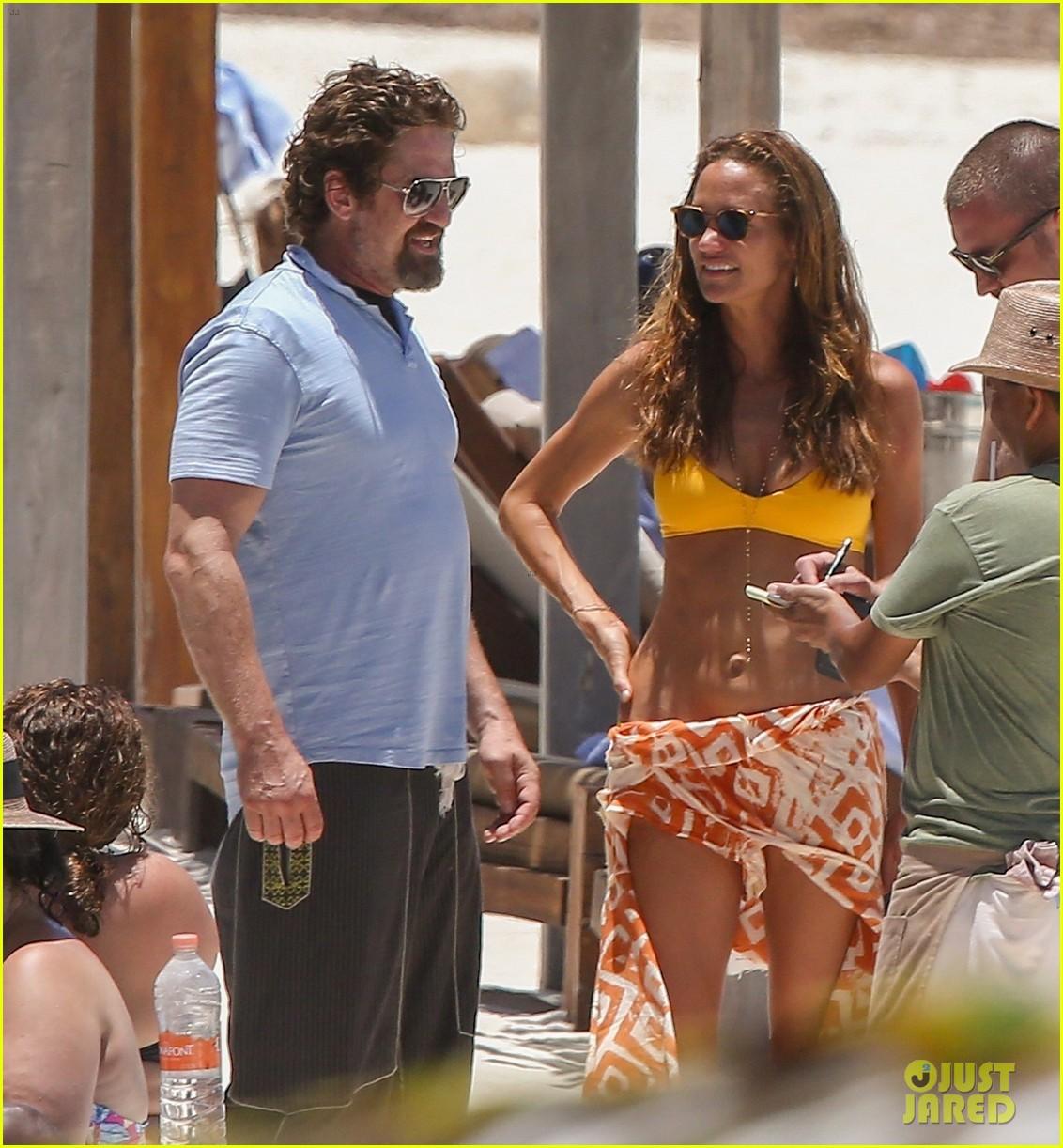 gerard butler on again gf hit the beach in mexico013922437