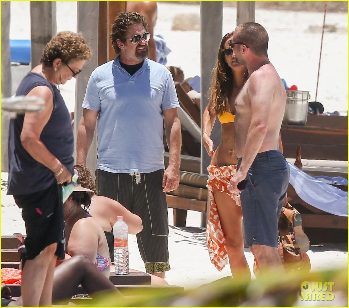 gerard butler on again gf hit the beach in mexico113922447