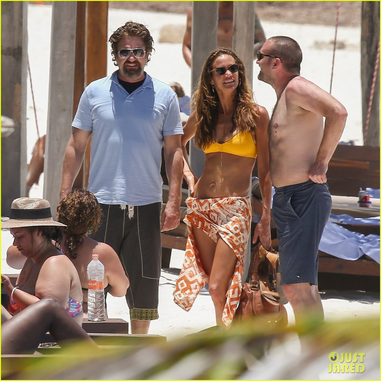 gerard butler on again gf hit the beach in mexico213922457