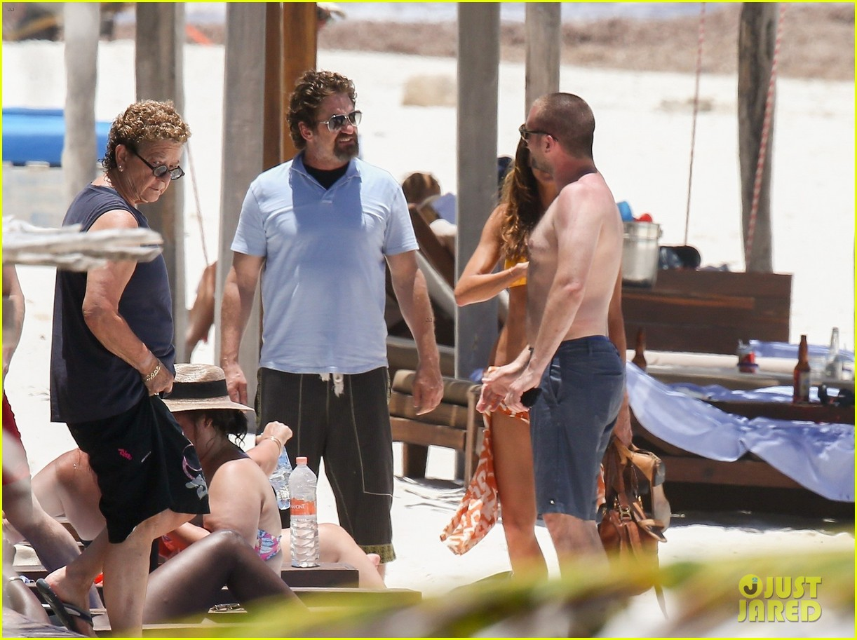 gerard butler on again gf hit the beach in mexico253922461