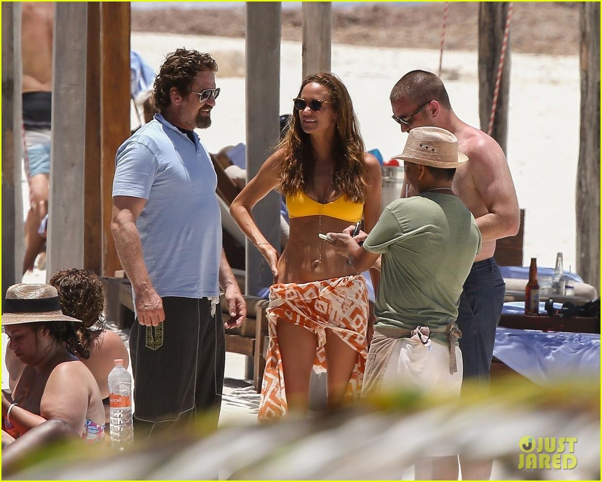 gerard butler on again gf hit the beach in mexico293922465