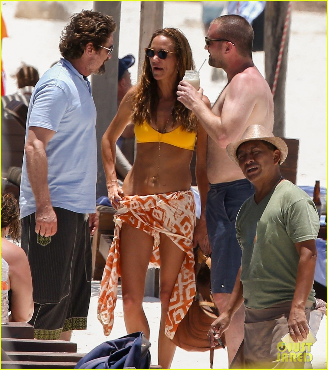 gerard butler on again gf hit the beach in mexico313922467