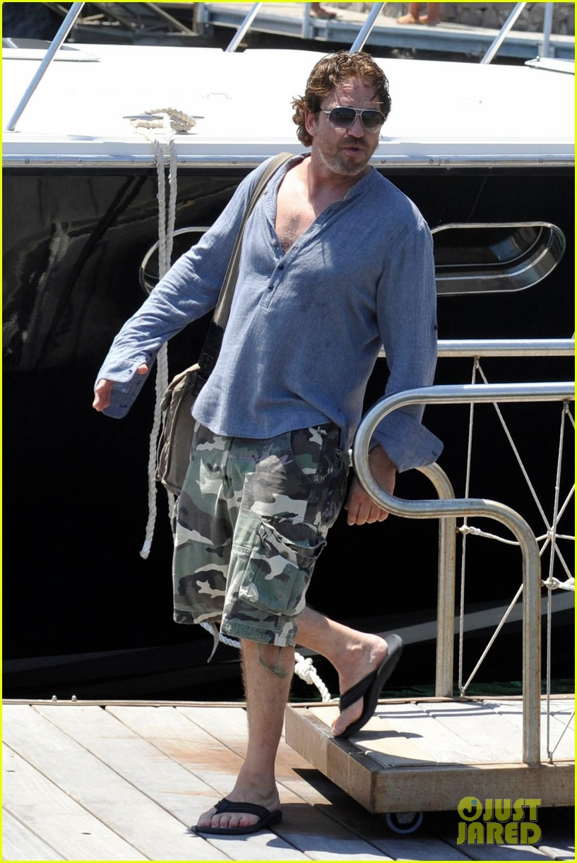 gerard butler waves to fans 033926807