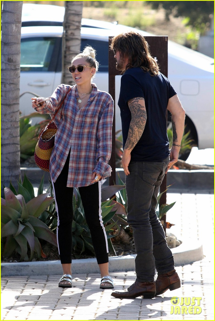 miley cyrus joins her parents for grocery shopping in malibu 033933352