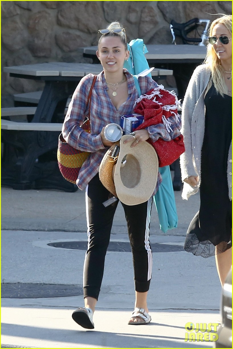 miley cyrus joins her parents for grocery shopping in malibu 053933354