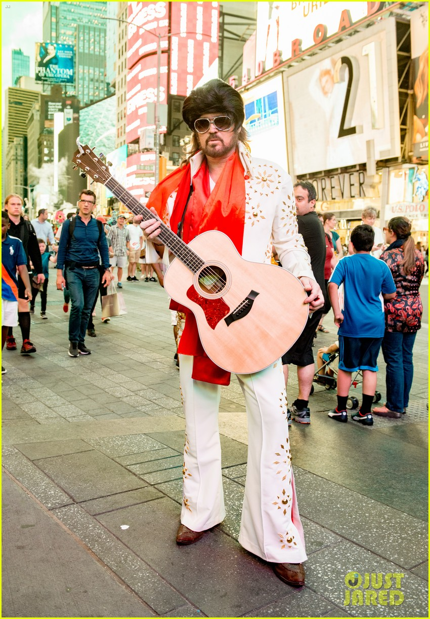 billy ray cyrus performs as still the kings burnin vernon brown in times square 013926224