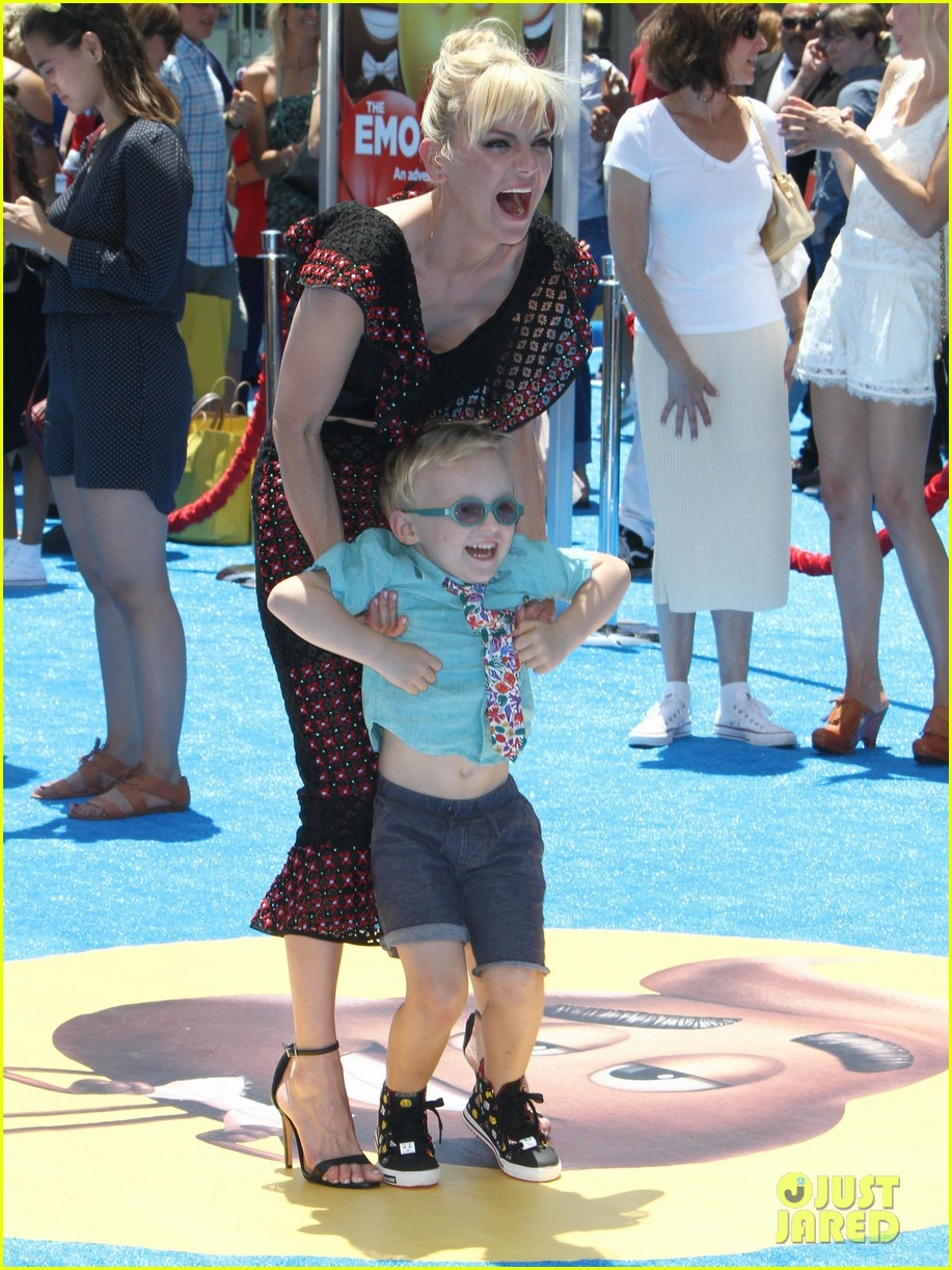 anna faris brings son jack to emoji movie premiere 043933012