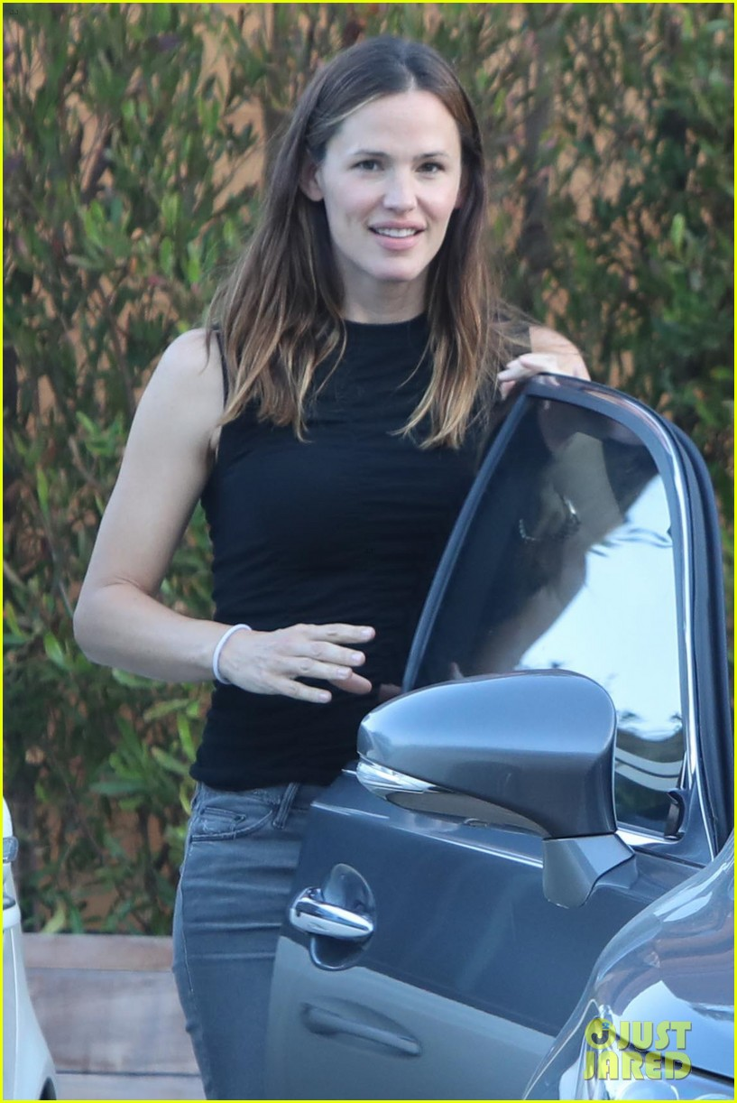 jennifer garner throws on her heels for mystery malibu outing 043933589