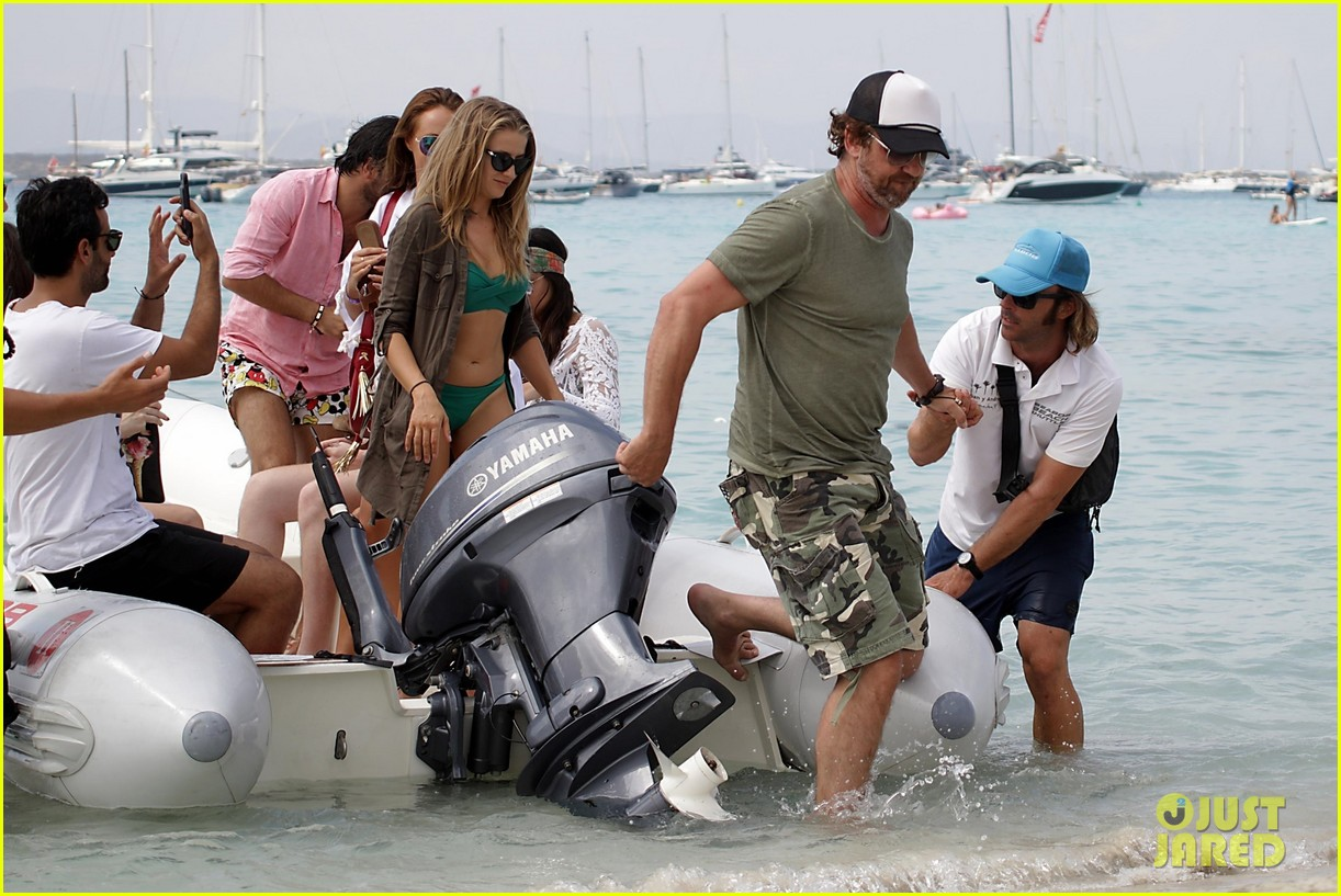 gerard butler beach boat spain friends 033930681