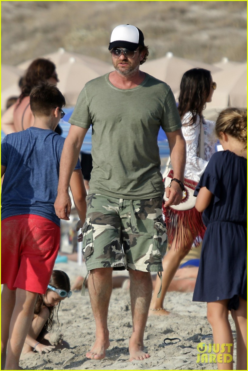 gerard butler beach boat spain friends 063930684