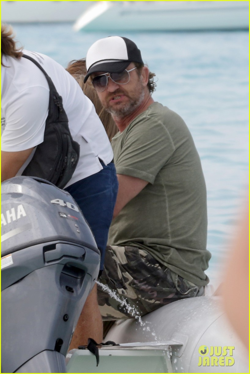 gerard butler beach boat spain friends 093930687