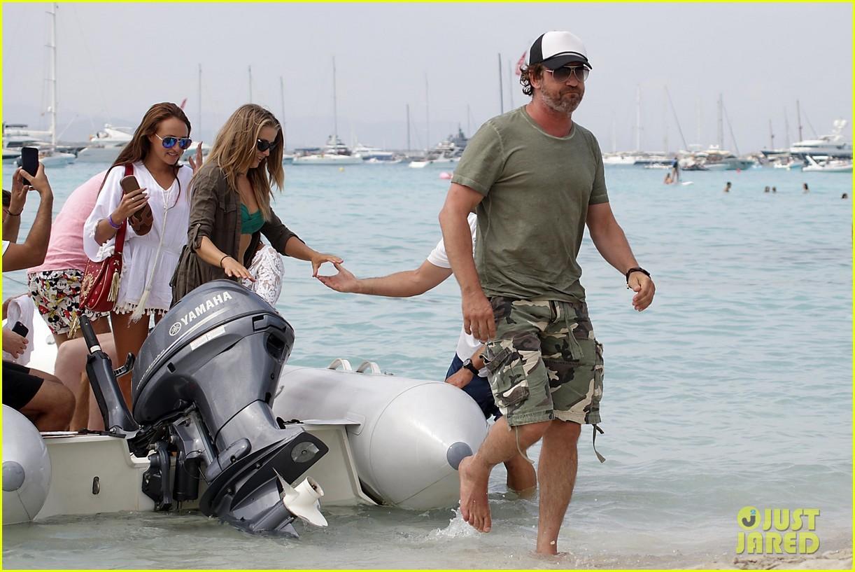 gerard butler beach boat spain friends 163930694