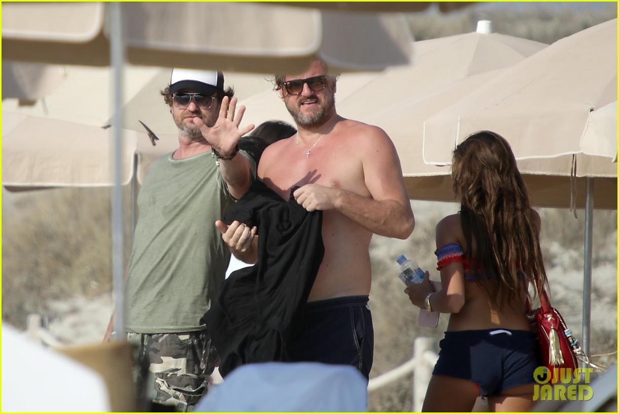 gerard butler beach boat spain friends 353930713