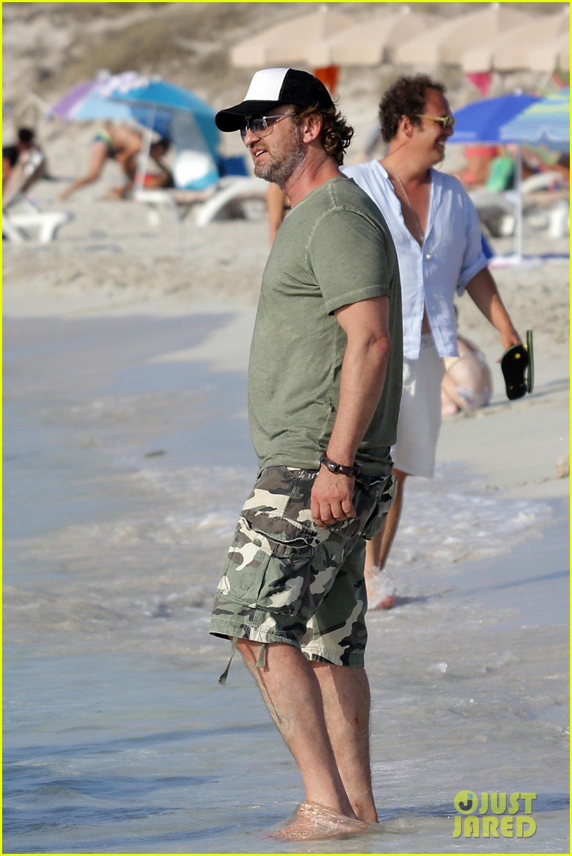 gerard butler beach boat spain friends 423930720