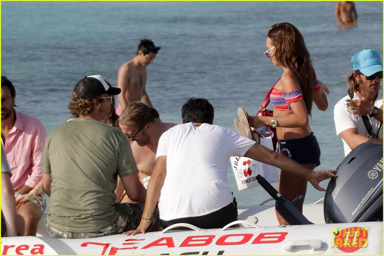 gerard butler beach boat spain friends 433930721