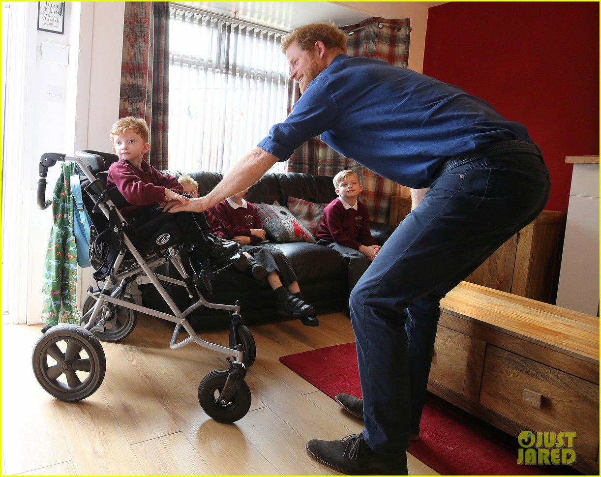 prince harry surprises sick 5 year old boy druing leeds visit 013924837