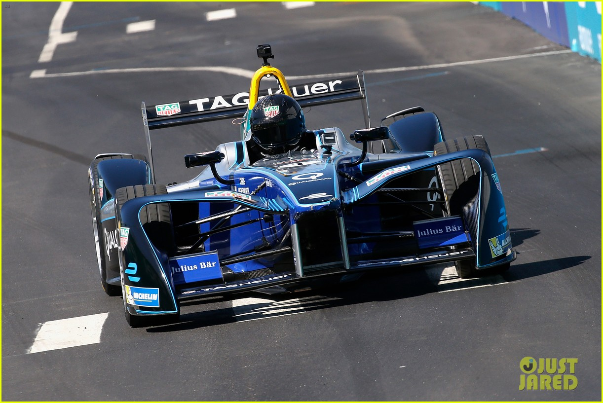 chris hemsworth drives a car around formula e race track 023929364