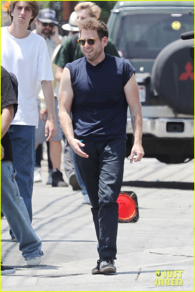 jonah hill shows off his buff biceps on set of his new movie 013926532