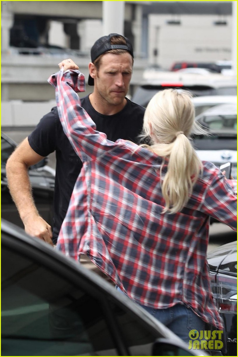 julianne hough kisses brooks laich goodbye at the airport 023936082