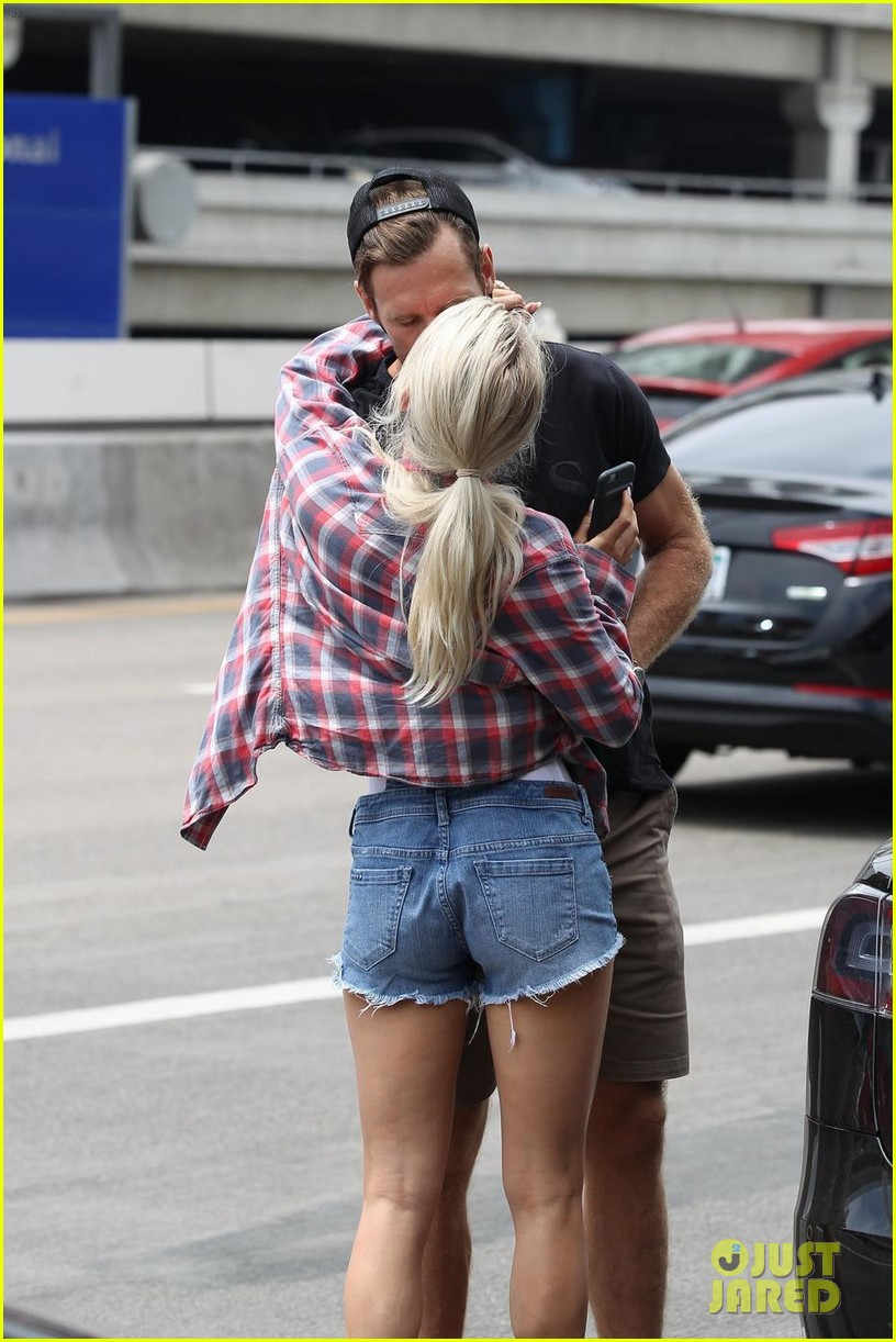 julianne hough kisses brooks laich goodbye at the airport 083936088
